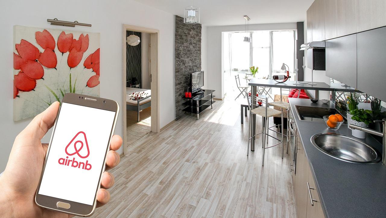 Pelni naudu ar Airbnb – uzaicinot draugus